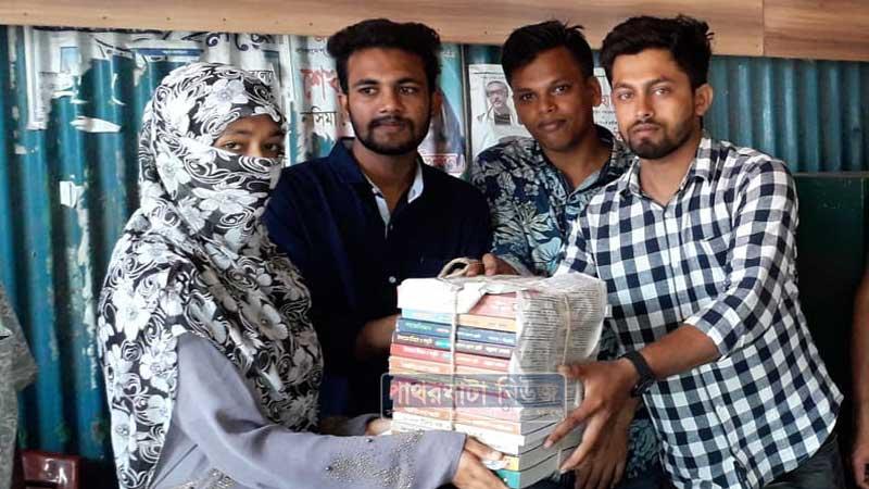 ছাত্রলীগ নেতা শাহজাদা হাওলাদার সোহাগ বই তুলে দিচ্ছেন