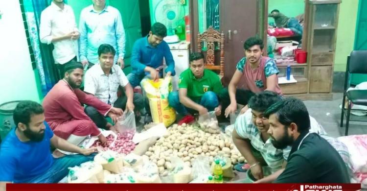 করোনা: পাথরঘাটায় উপজেলা ছাত্রদলের ত্রাণ বিতরণ